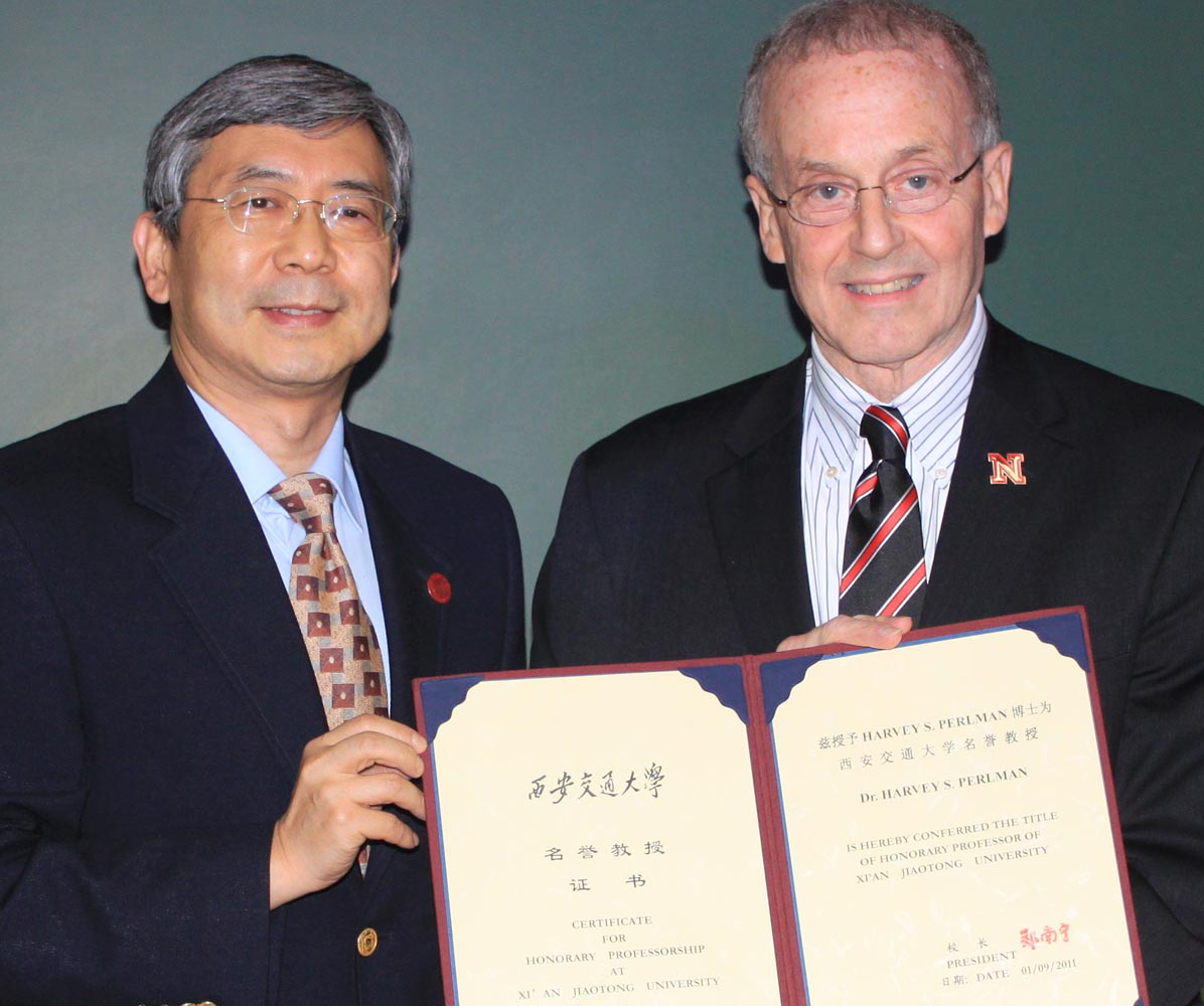 Zheng Nanning, president of Xi'an Jiaotong University, and Chancellor Harvey Perlman