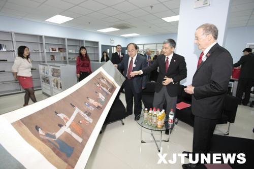 Chancellor Perlman listens to Xi'an Jiaotong University President Zheng Nanning.