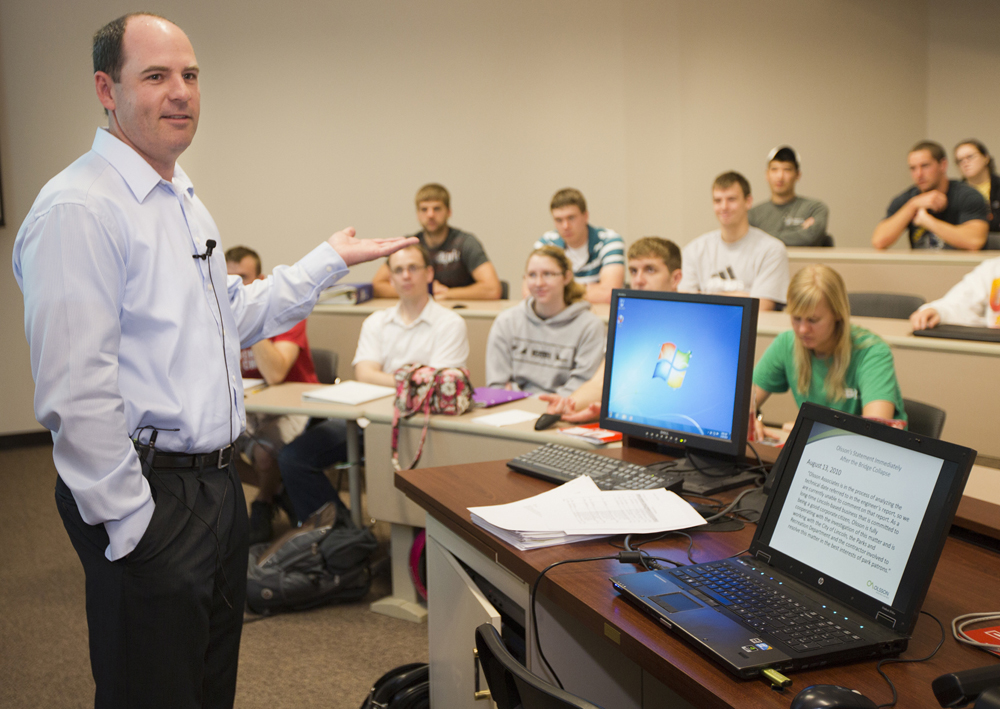 Brad Strittmatter, president of Olsson Associates, speaking to UNL engineering students.