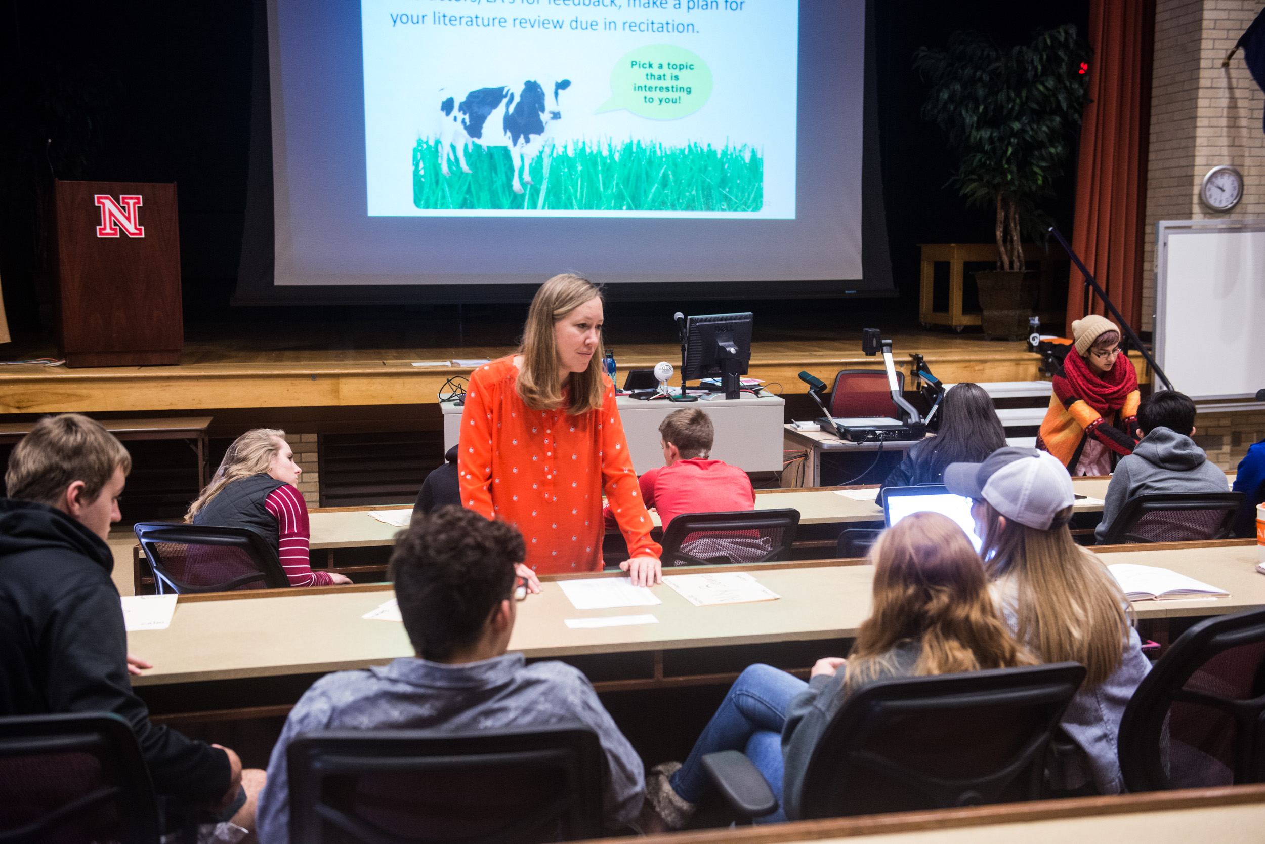 Lead instructor Jenny Dauer guides a discussion of complex issues in Science Literacy 101, an introductory course for all CASNR students. | Greg Nathan, University Communications)