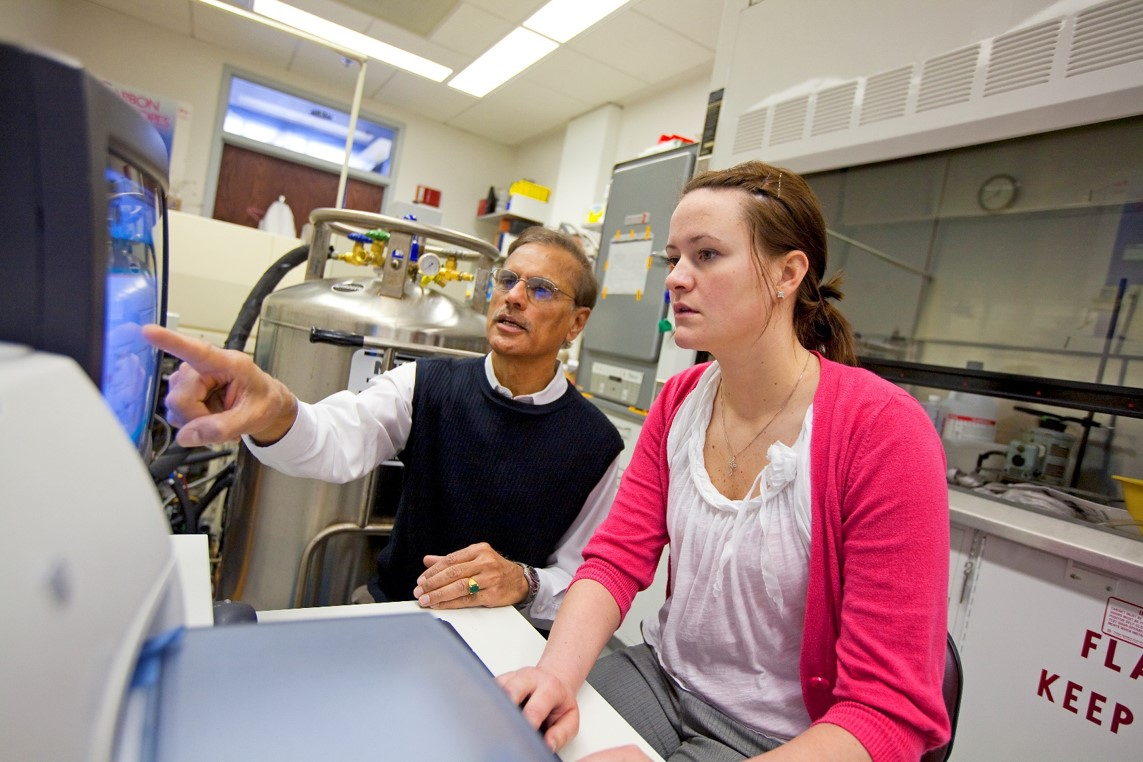 Student Ashley Sternhagen Taylor participates in the Honors Experience with Dr. Soundararajan
