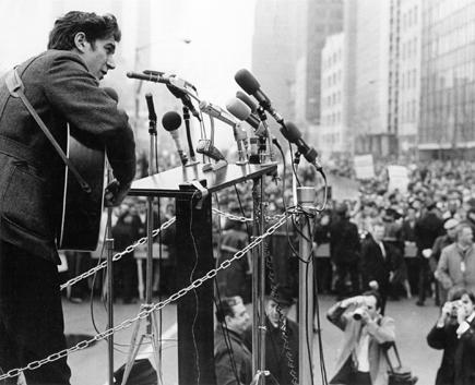 Phil Ochs during a Vietnam moratorium demonstration (1967). Photo by Michael Ochs.